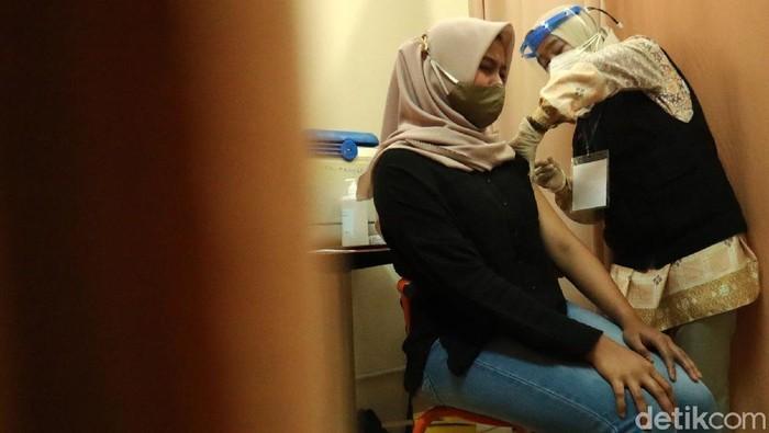 Vaksinasi COVID-19 di Bulan Puasa, Batal Nggak Sih?